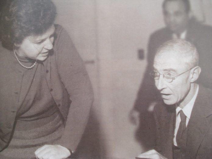 Emma Pérez Ferreira acompañada por Robert Oppenhaimer.